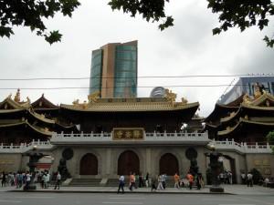 5 (1) Jing'an Tempel met op de achtergrond wolkenkrabbers