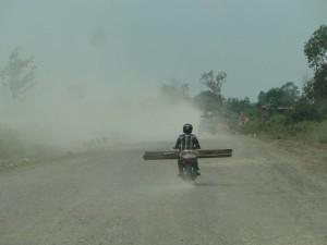 4 - Enorme stofwolken op sommige stukken weg