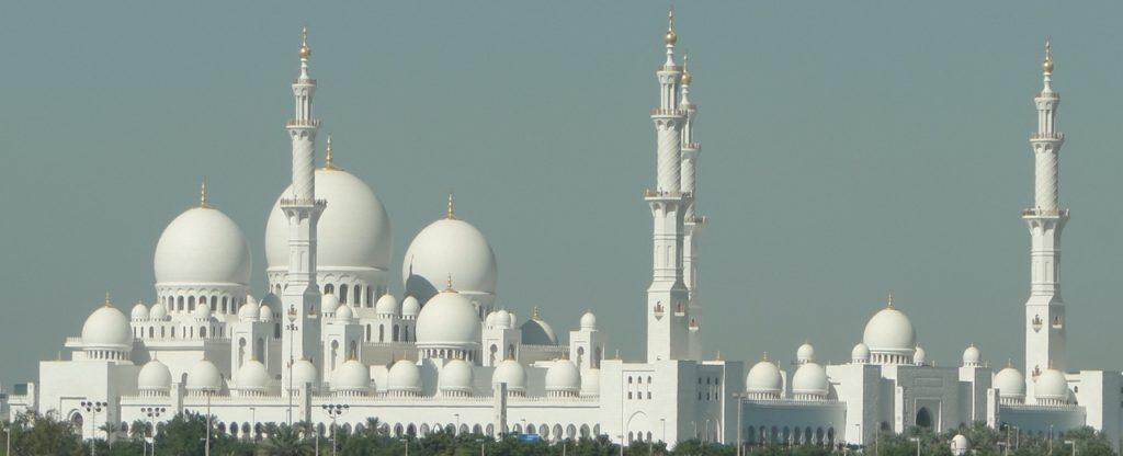 Abu Dhabi - Sjeik Zayed-moskee (gezien vanaf de autoweg)