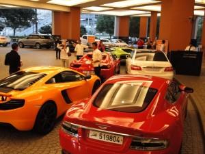Dubai - Aantal auto's voor de Mall of Emirates