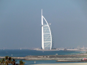 Dubai-Burj-Al-Arab-Hotel-gezien-vanuit-de-monorail-naar-het-Palmeiland