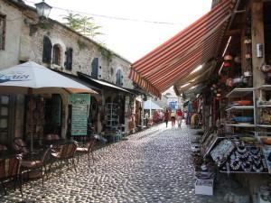 Straatjes met souvenirkraampjes in Mostar