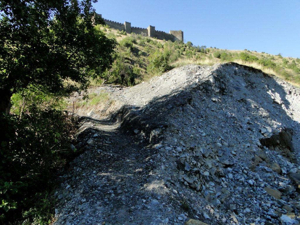 Maglic Fortress - na de brug direct links het smalle paadje omhoog