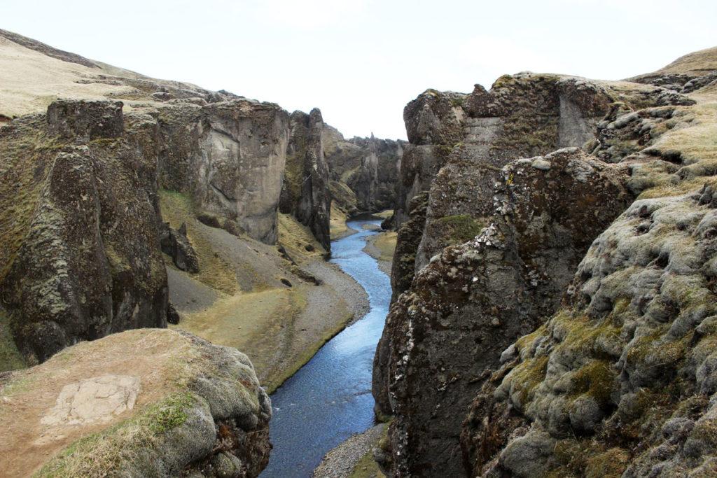 De Fjaðrárgljúfur Canyon in het zuiden van IJsland